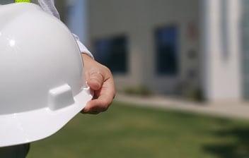 Hombre sujetando un casco