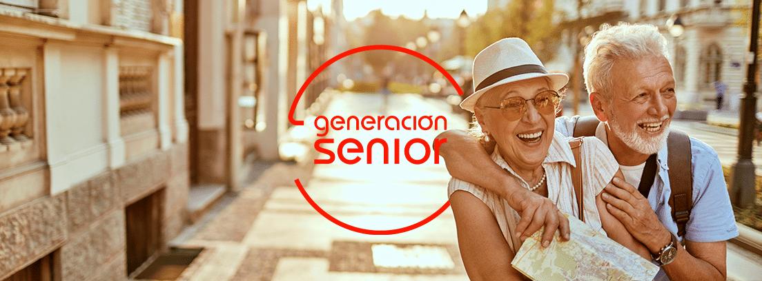 Destinos turísticos para jubiladosÇ: pareja de mayores paseando por una avenida