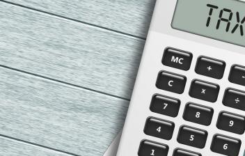 """Calculadora con la palabra """"taxes"""" (impuestos, en inglés)"""