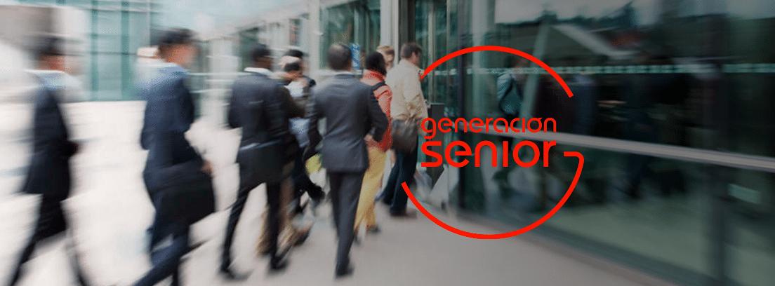 Los funcionarios ya pueden jubilarse a los 70: grupo de trabajadores entrando a la empresa