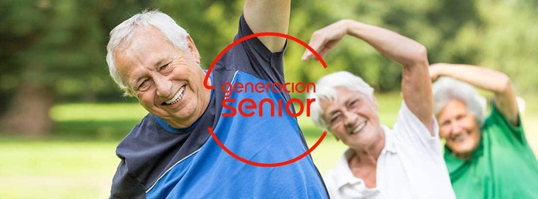 Gimnasia para senior: personas en edad madura haciendo gimnasia al aire libre