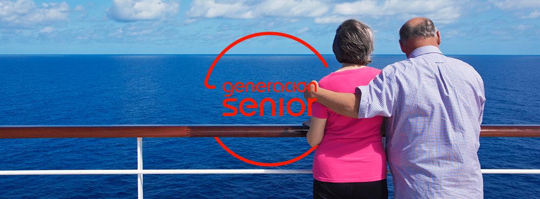 Los mejores cruceros para jubilados: pareja de espaldas al mar en un barco