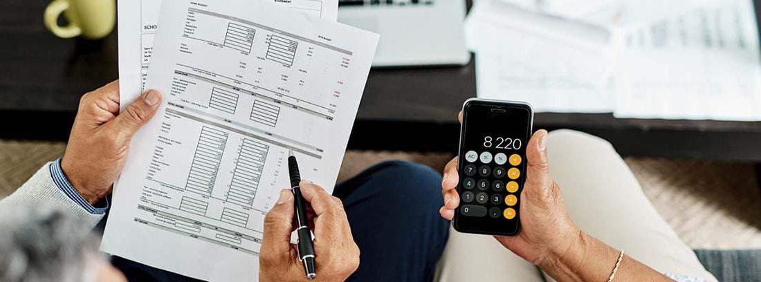 calculadora y papeles con números