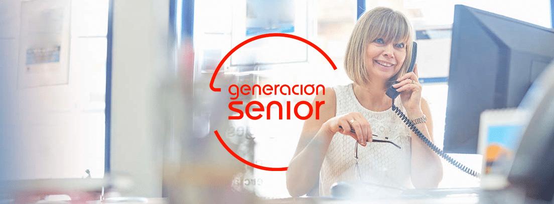 Programas para prepararse para la jubilación: mujer madura hablando por teléfono