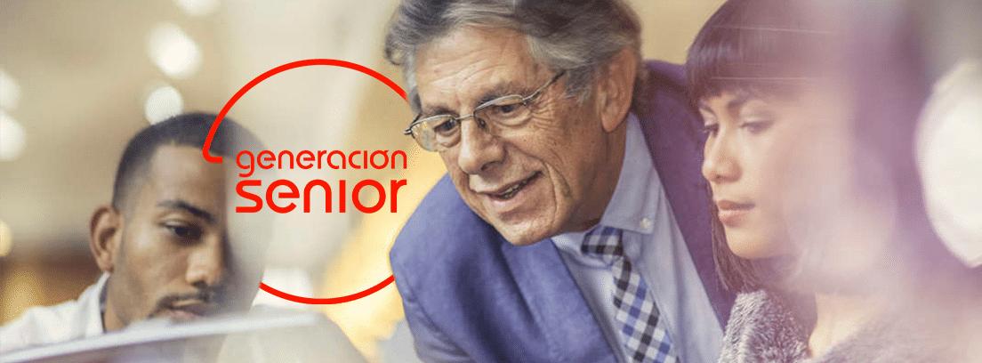 ¿Se puede trabajar estando jubilado: hombre jubilado trabajando en oficina con otros compañeros