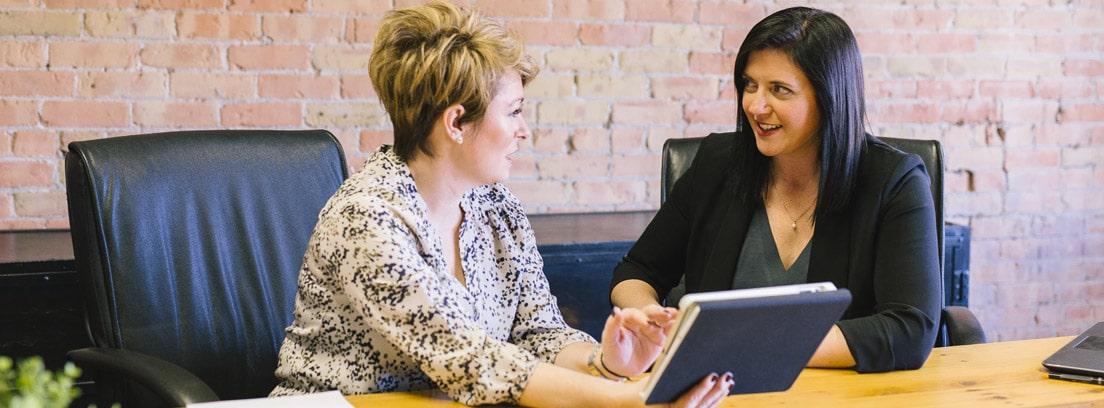 Dos trabajadoras conversando