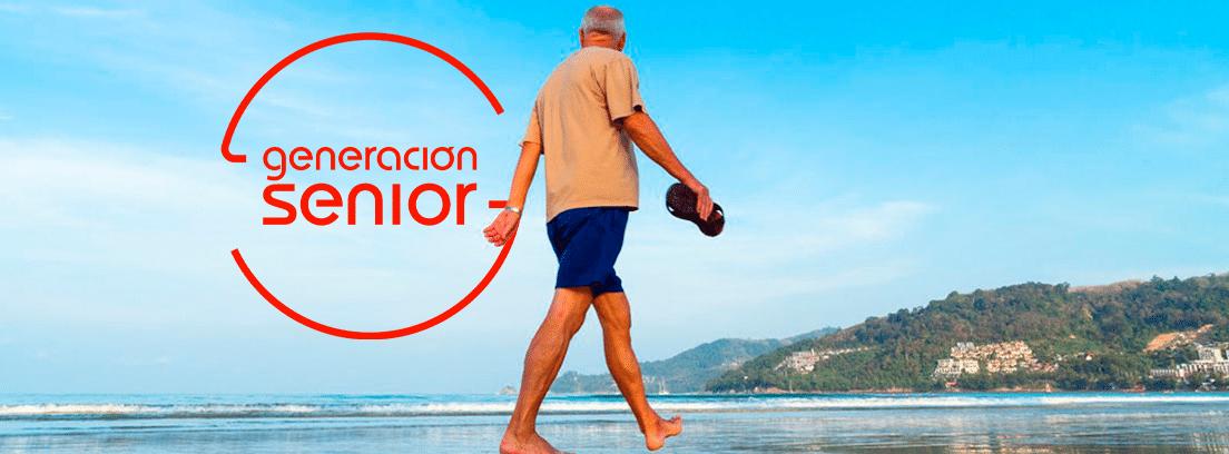 Hombre senior caminando por la playa