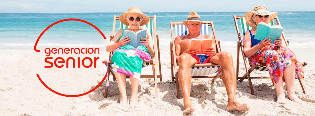 Requisitos y ventajas de viajar con el imserso: grupo de seniors tumbados en hamacas en la arena de la playa