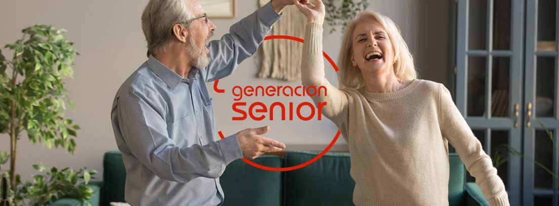Viviendas colaborativas para seniors: pareja de personas maduras bailando en casa