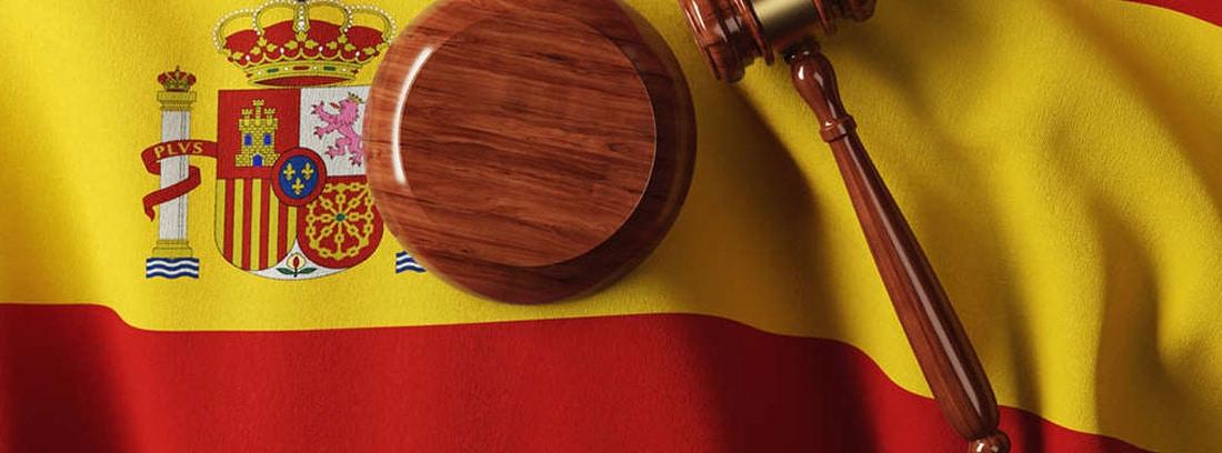 Mazo de juez sobre una bandera de España