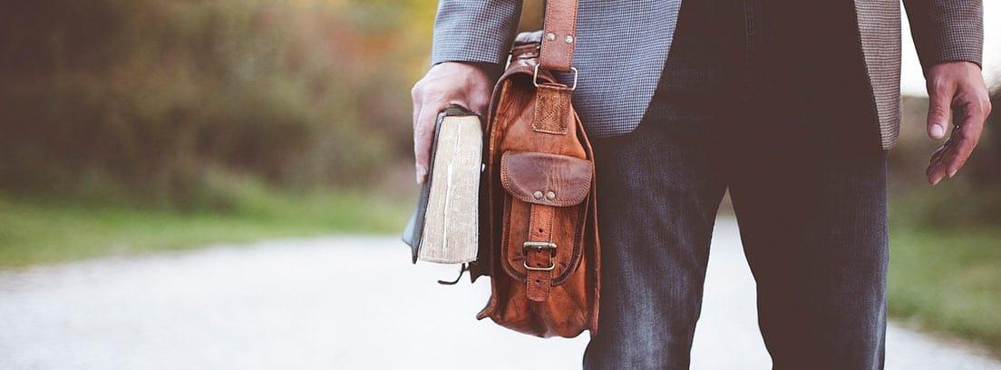 Hombre con cartera y libro