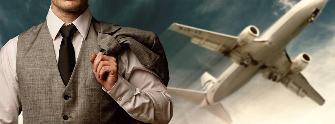Hombre con traje y avión al fondo