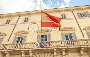 Vista de la fachada de la embajada española