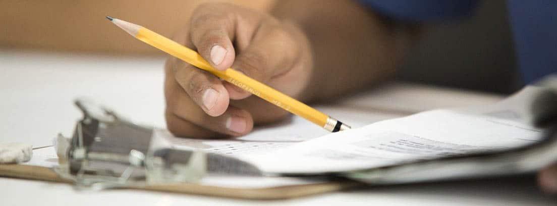 Hombre rellenado documentos con un lápiz