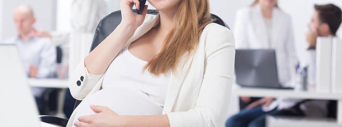 Mujer embarazada en una empresa
