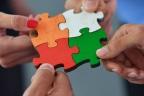 Grupo de personas juntando las piezas de un puzle