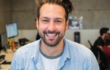 Hombre sonriente en una oficina de trabajo
