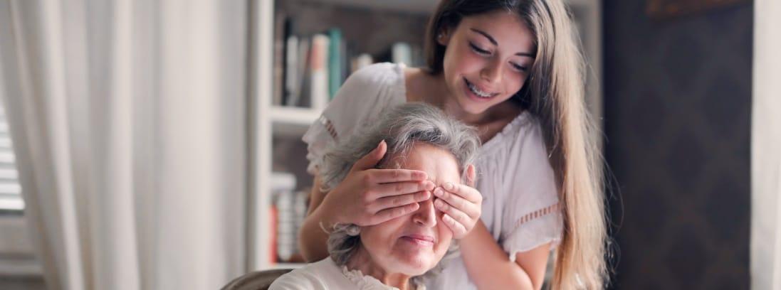 Una chica joven sorprende a una anciana