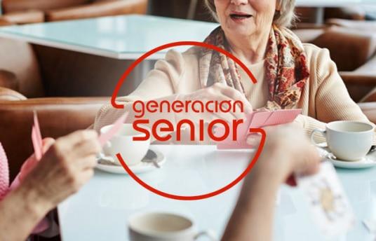 grupo de mujeres mayores tomando café y jugando a las cartas