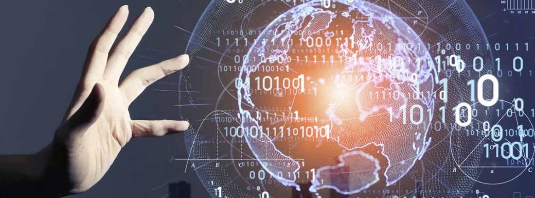 mano sobre una pantalla en la que se proyecta la bola del mundo en digital