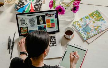 Mujer trabajando con un ordenador y una tableta
