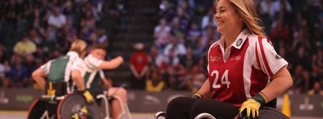 Mujer deportista en silla de ruedas