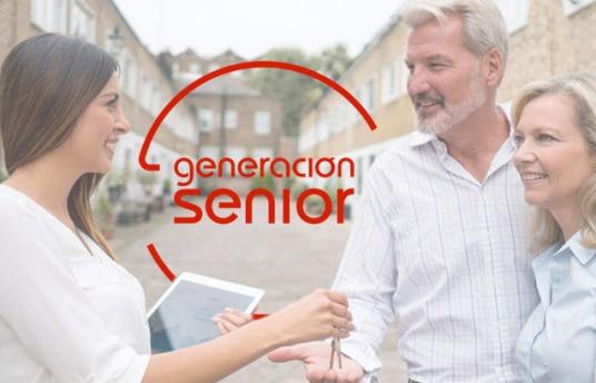 Pareja mayor disfrutando de las ayudas al alquiler para jubilados