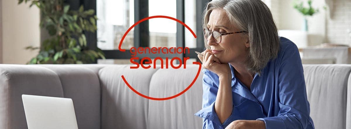Cómo conseguir prestamos para jubilados: mujer jubilada mirando el ordenador
