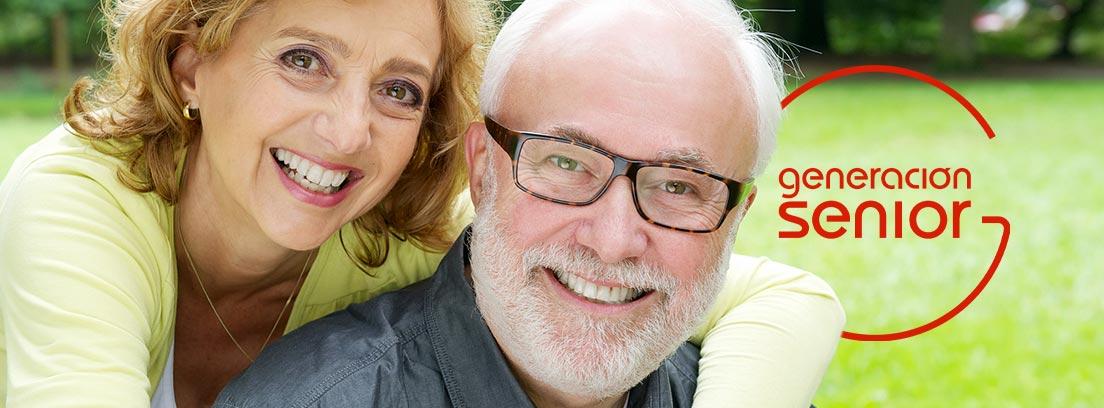Hombre y mujer mayores sonriendo