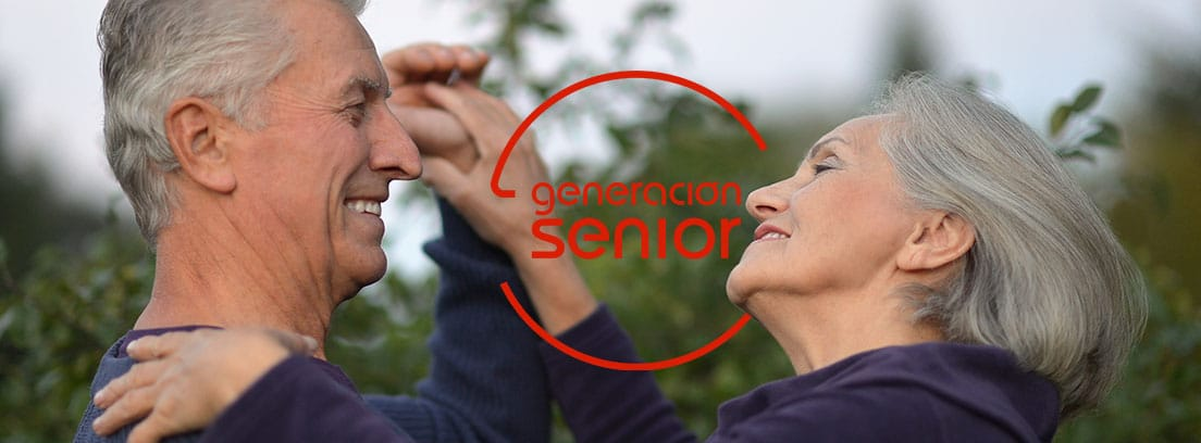Hombre y mujer mayores en un baile de salón