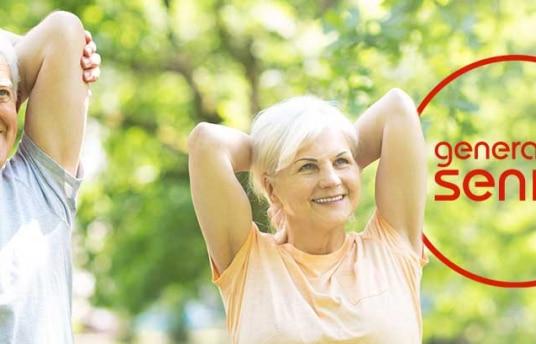 Hombre y mujer mayores realizando ejercicios de estiramiento