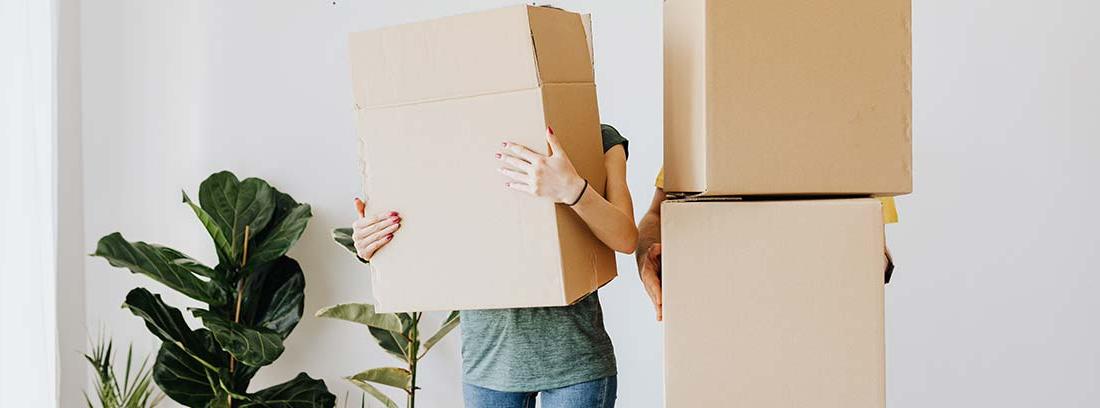 Dos jóvenes con cajas de mudanza