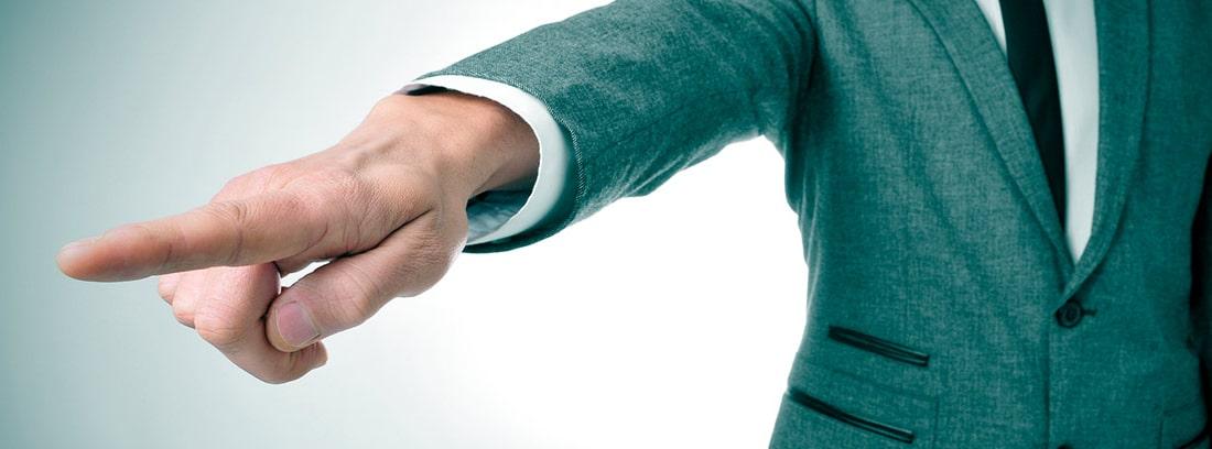 Hombre con traje señalando con el dedo la salida