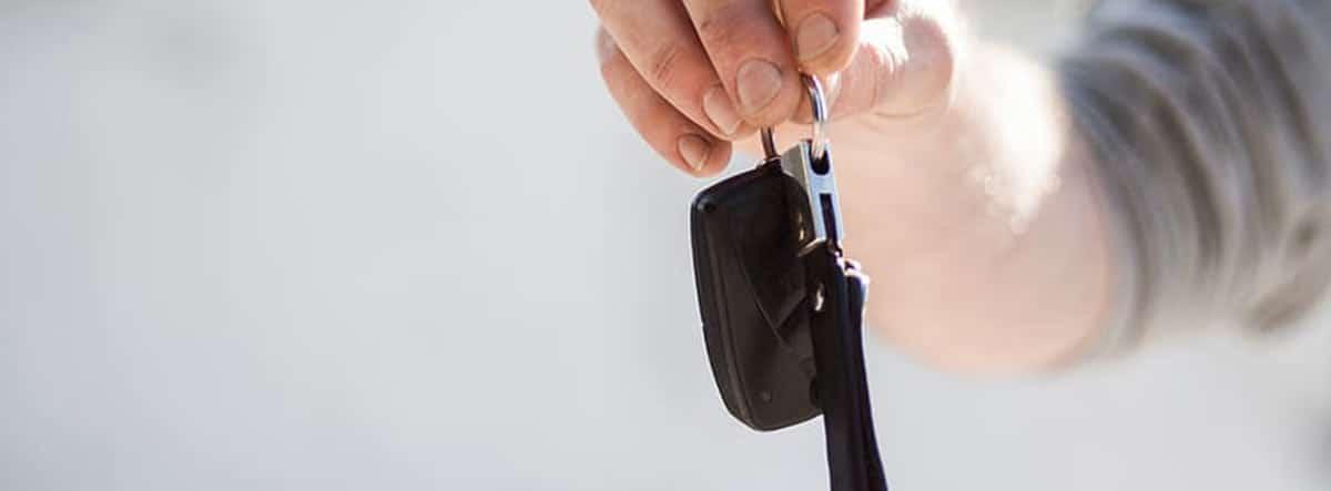 Mano sujetando las llaves de un coche