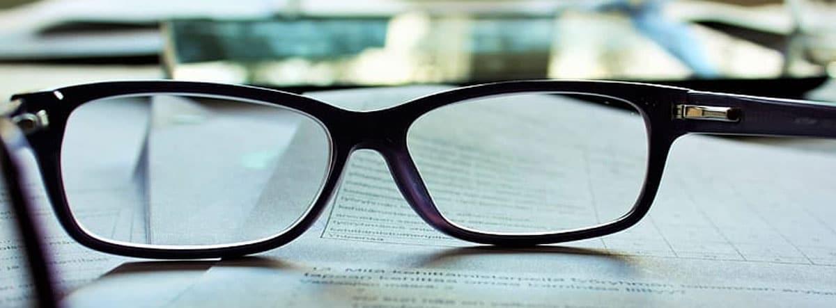Gafas sobre un papel escrito a ordenador