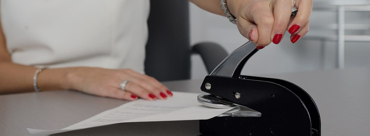 Mujer grapando unos documentos