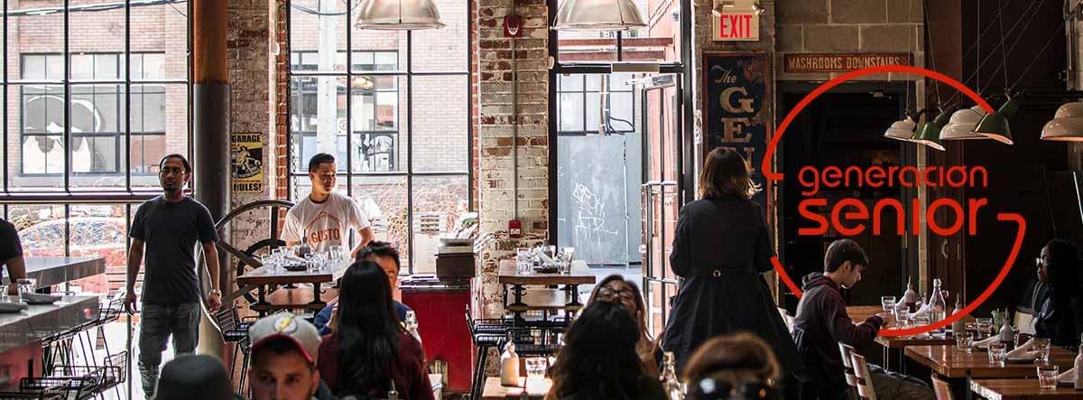 Interior de un bar con gente
