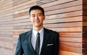 Trabajador con traje y corbata