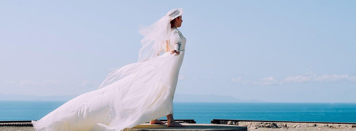 Mujer vestida de novia junto al mar