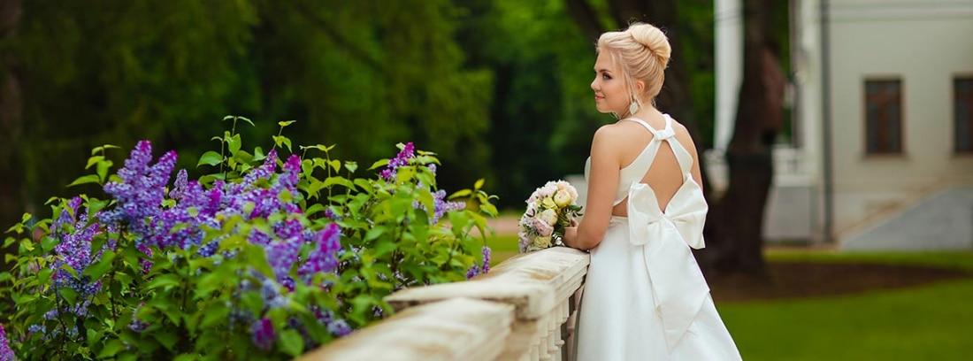 Mujer vestida de novia con ramo