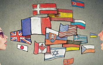 Banderas de varios países entre dos personas con auriculares