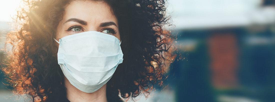 Mujer con mascarilla higiénica