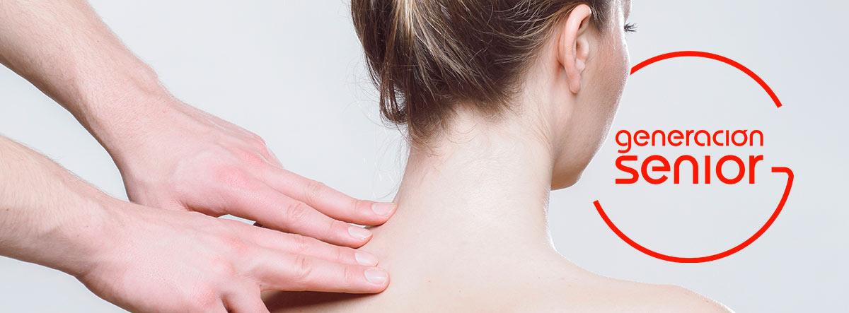 Manos haciendo un masaje en la espalda a una mujer