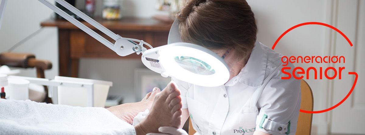 Mujer con instrumentos de podología