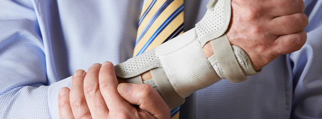 hombre con camisa y corbata con una lesión en la muñeca