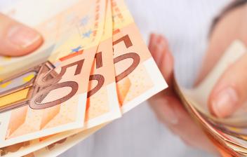 manos sujetando billetes de 50 euros