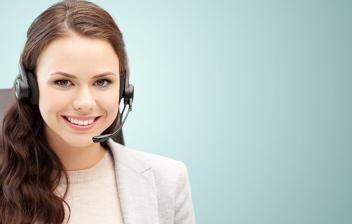 Mujer de negocios con auriculares