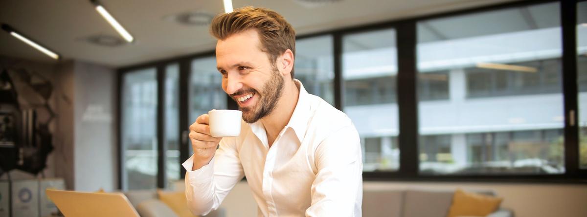 Hombre sonriente tomando un café