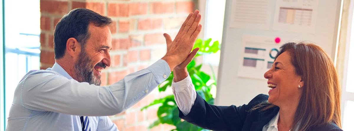 Dos profesionales chocan la mano