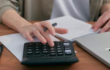 Calculadora, libreta y ordenador